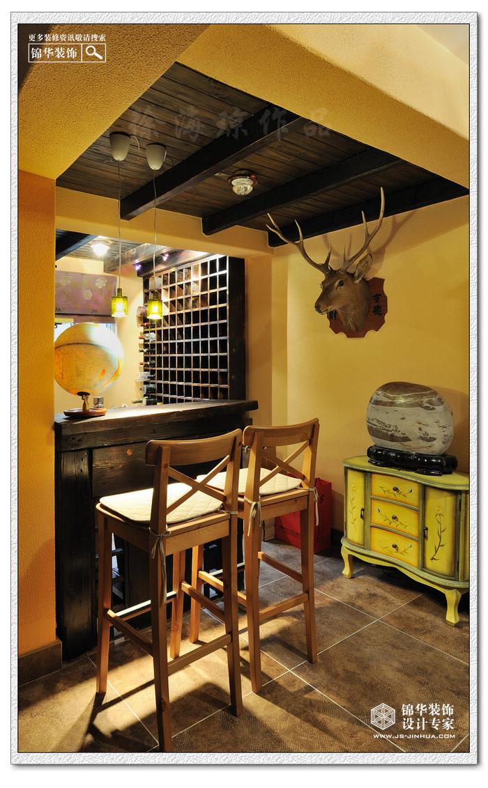 在此设计项目中用到了比较大胆的材质:如烧烤过的落叶松实木和木梁,设计师亲自动手烧制的客厅主题背景艺术砖,还有客户从巴厘岛带回的木人装饰等,但现实生活毕竟讲究实用和温馨,所以设计师用蕙质兰心的独到手法绘制出了一个多元化的个性空间。既达到了设计的目的,又体现了环境和文化的统一和谐。
