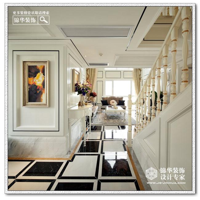 客厅经过精心的设计布置,电视背景墙是简约的,但沙发背景墙却是华贵的,这样前后呼应,不繁不简,落地窗还有吊灯的选择使客厅空间感十足,同时也能感受到业主自身的魅力和富足的品味。地面部分运用了天然大理石做装饰,豪气十足。一些镂空雕花的点缀还有水晶珠帘的闪烁相映成趣,精致的沙发,欧式的茶几,典雅的台灯,足以把文艺复兴时期欧洲的繁华盛貌一一体现。