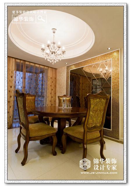 地面简单的做了拼花围边,配合精致才沙发,欧式的茶几,让人舒适心仪.