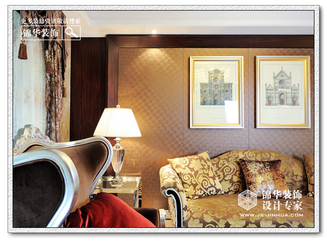 黑色大理石纹理的电视机背景墙看上去有先生的端正,稳重,藤蔓造型的