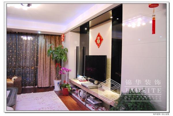 用大块的瓷砖黑白相间做成电视背景墙 简约之中不失大气;大理石制成的