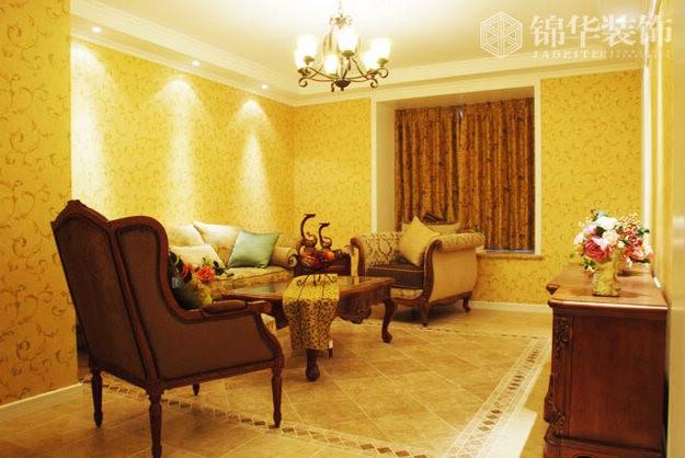 进门正对的是客厅,沙发的背景墙选用了中国红的艺术壁纸,并加以镶边