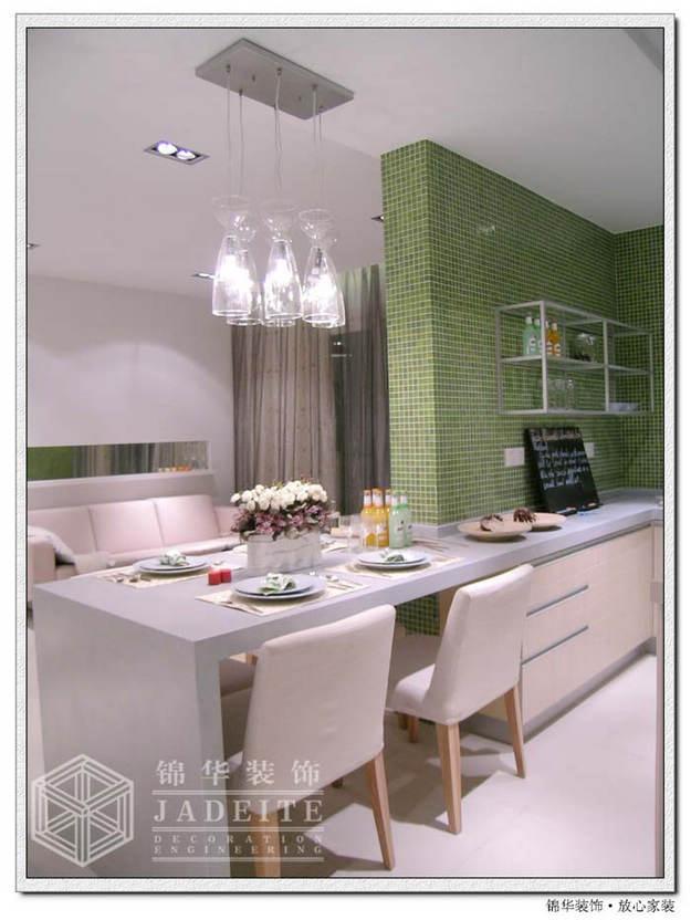 餐桌作为厨房和客厅的天然隔断,即节省空间又满足功能需求